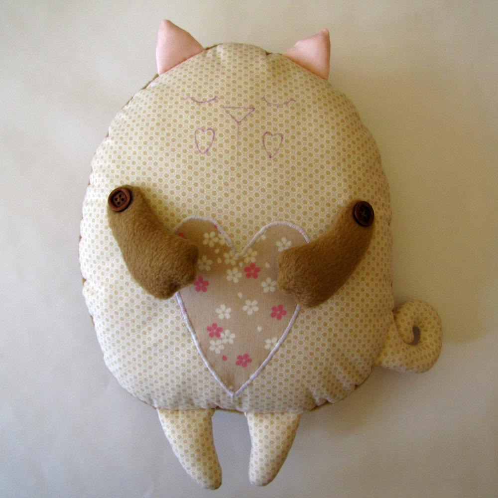 Кот-подушка своими руками из ткани 2